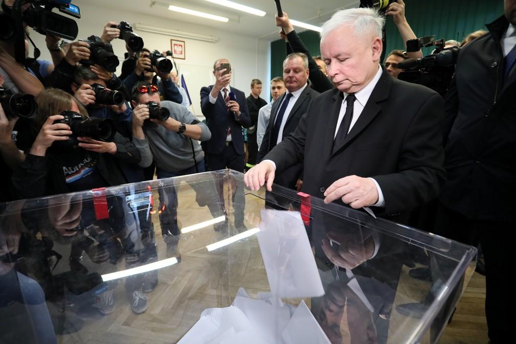 """Líder do partido nacionalista conservador PiS, da Polônia, Jaroslaw Kaczynski vota em Varsóvia. Sigla integra um dos grupos considerados """"eurocéticos"""" — Foto:  Agencja Gazeta/Slawomir Kaminski via REUTERS"""