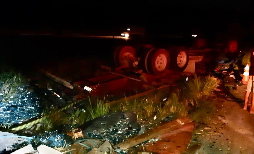 Homem morre após caminhão capotar na BR-101