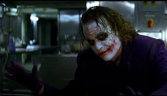 O ator Heath Ledger como o Coringa durante a famosa cena do truque de mágica de Batman - Cavaleiro das Trevas (2008) (Foto: Reprodução)