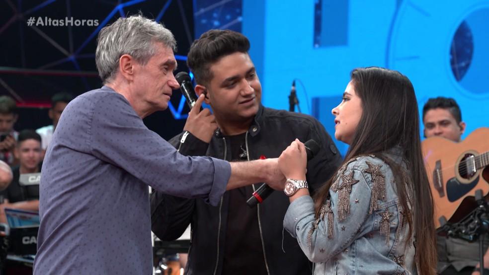 Serginho conversa com Mohana do Couto após ela ficar noiva de Juliano — Foto: TV Globo