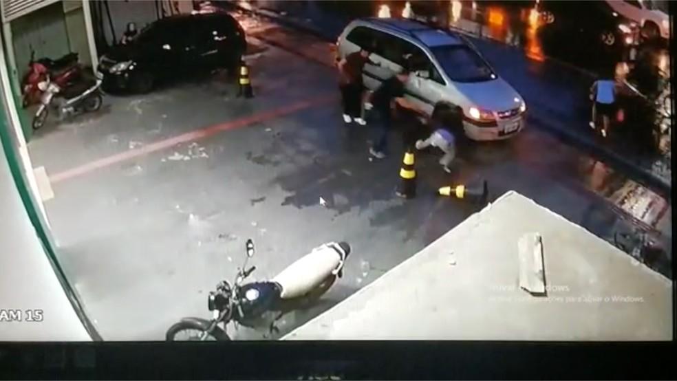 Comerciante e segurança reagem a assalto e ladrão morre com tiro na cabeça em Cuiabá — Foto: TV Centro América/Reprodução