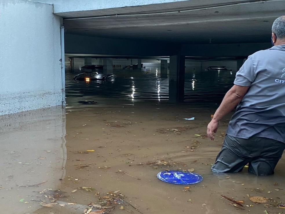Vinte carros ficaram submersos em uma concessionária no bairro do Limão, na Zona Norte de São Paulo. — Foto: Abraão cruz/TV globo