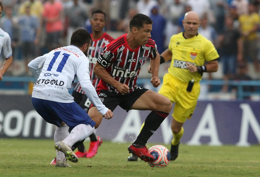 Hernanes durante partida contra o Santo André — Foto: Rubens Chiri/saopaulofc.net