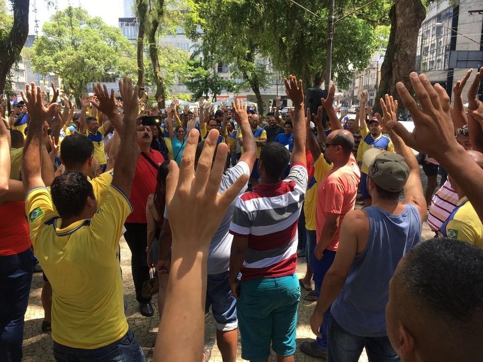 Em Santos, funcionários dos Correios fizeram assembleia, na Praça Mauá, e votaram pelo fim da greve (Foto: Tatyana Jorge/G1)