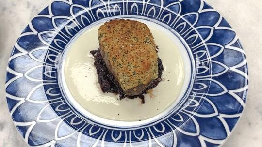 Filé Mignon em Crosta de Alecrim com Molho de Gorgonzola e Compota de Cebola Roxa