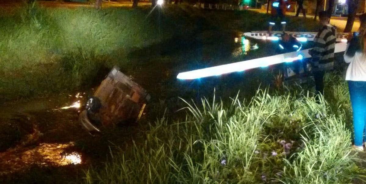 Carro cai em rio após motorista tentar desviar de cachorro em Matão, SP
