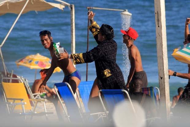 Ludmilla curte dia de praia (Foto: JC Pereira/AgNews)