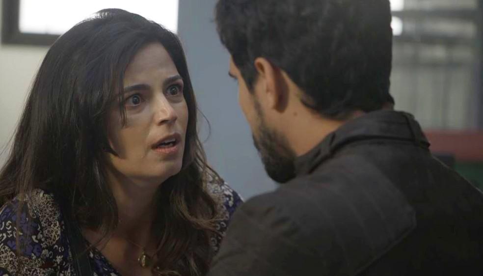 Zuleika (Emanuelle Araújo) se desespera com situação de Almeidinha (Danton Mello) — Foto: Globo