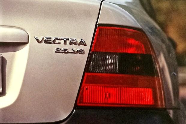 Vectra CDX V6 Na traseira, a identificação da nova versão é o emblema 2.5 V6 na tampa do porta-malas (Foto:  Cláudio Larangeira/Autoesporte)
