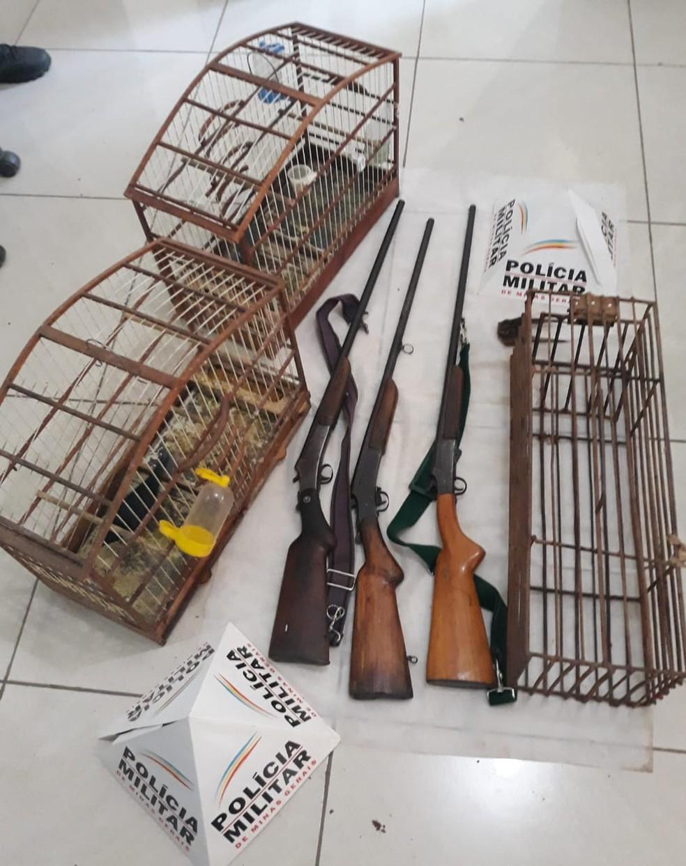 Armas foram apreendidas e levadas para a delegacia — Foto: Polícia Militar/Divulgação