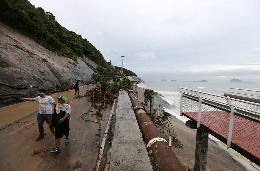 Trecho da ciclovia Tim Maia na Avenida Niemeyer foi derrubado pela chuva 2 anos depois de incidente similar que deixou 2 mortos em 2016 — Foto: Sergio Moraes/Reuters