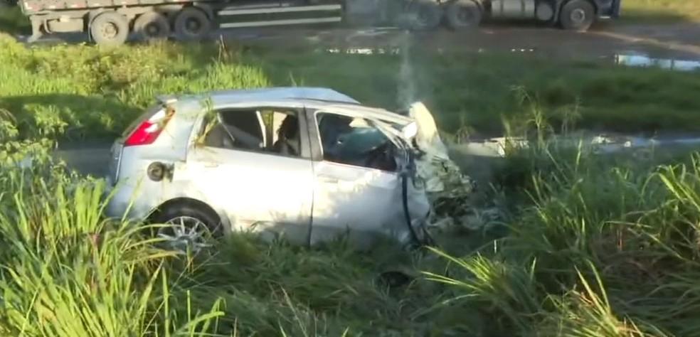 Acidente envolvendo cavalo, carro e caminhão mata motorista na BR-101; neblina pode ter causado batida — Foto: Reprodução/TV Bahia