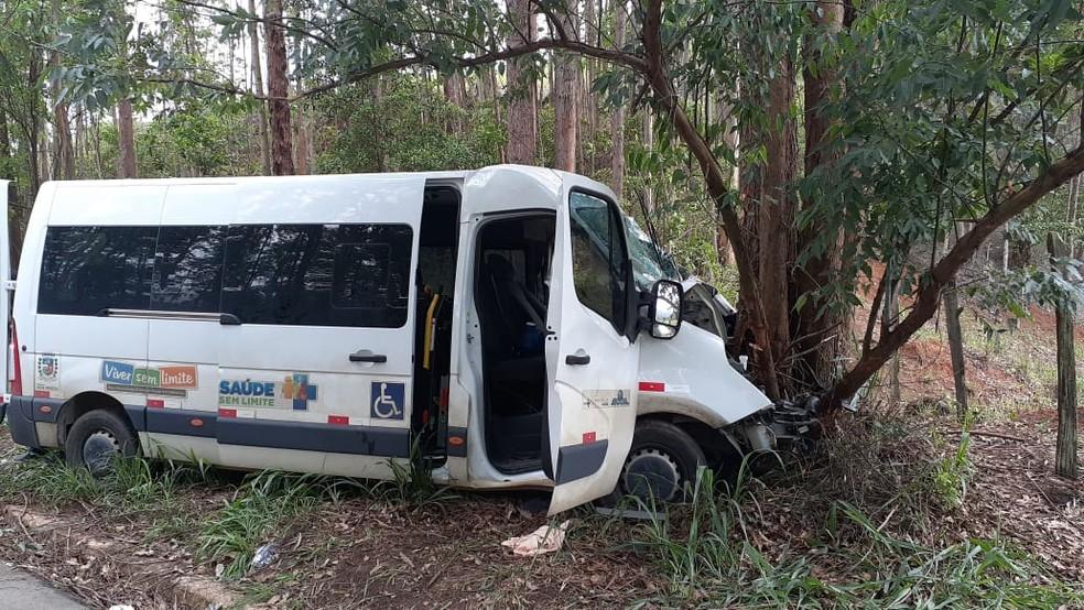 Micro-ônibus bate em uma árvore depois e de sair da pista, na BR-259 — Foto: Divulgação/Prefeitura de Nova Venécia