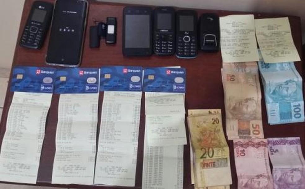 Com o suspeito, foram encontrados cartões de pessoas mortas usados em saques bancários (Foto: Ascom/PC)