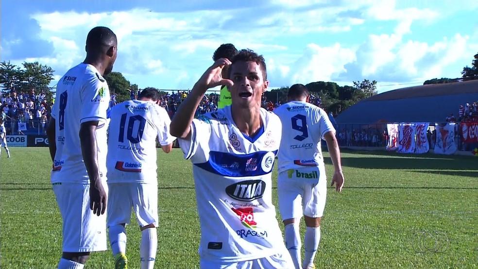 Michael se destacou no Goianésia ao fazer três gols contra o Vila, em 2017 — Foto: Reprodução/TV Anhanguera