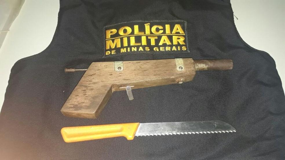Polícia apreendeu uma garrucha e uma faca com o suspeito (Foto: Polícia Militar/ Divulgação)
