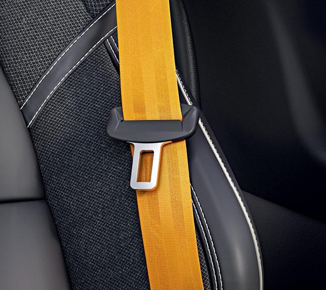 Volvo S60 t6 R-Design AWD - Escudo da linha Polestar lembra  um ladrilho e cintos têm o mesmo tom de amarelo das pinças de freio (Foto:  divulgação)