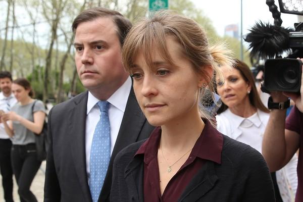 A atriz Allison Mack, na companhia de seu advogado, deixa o tribunal em Nova York no qual seu caso está sendo julgado (Foto: Getty Images)