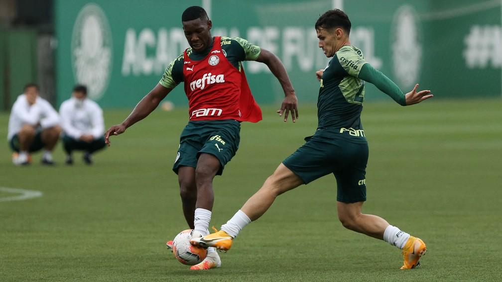 Raphael Veiga e Patrick de Paula em disputa no treino do Palmeiras — Foto: Cesar Greco\Palmeiras