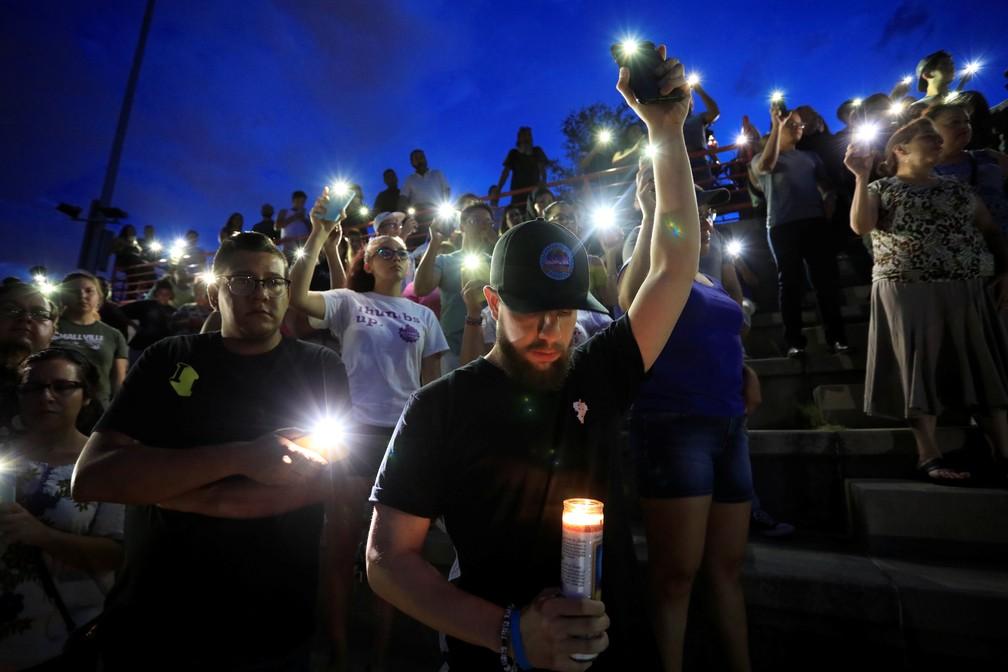 Pessoas participaram de uma vigília na Escola Secundária de El Paso após um tiroteio em massa em uma loja Walmart em El Paso, Texas, EUA — Foto: REUTERS/Jorge Salgado