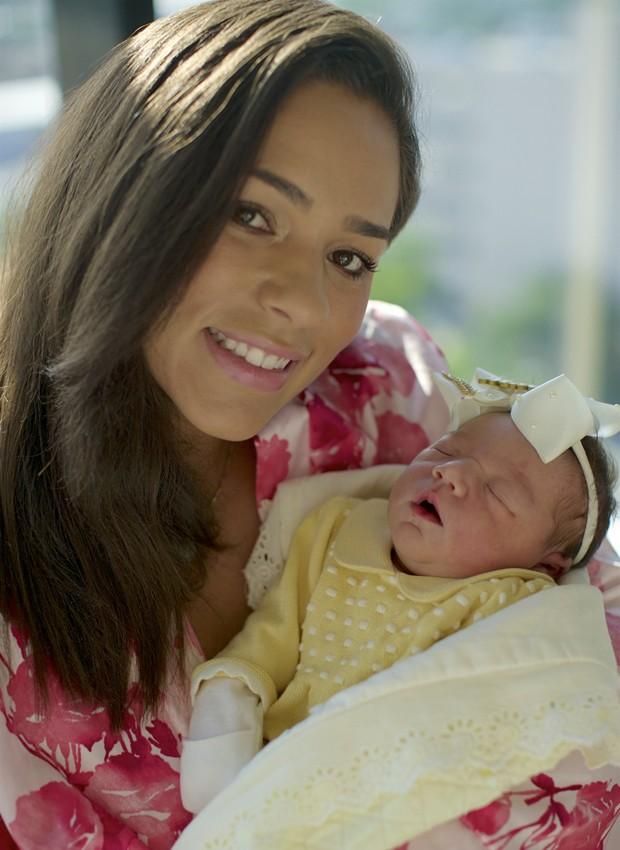 Roberta Almeida e a filha recém-nascida, Maria (Foto: Arquivo pessoal)