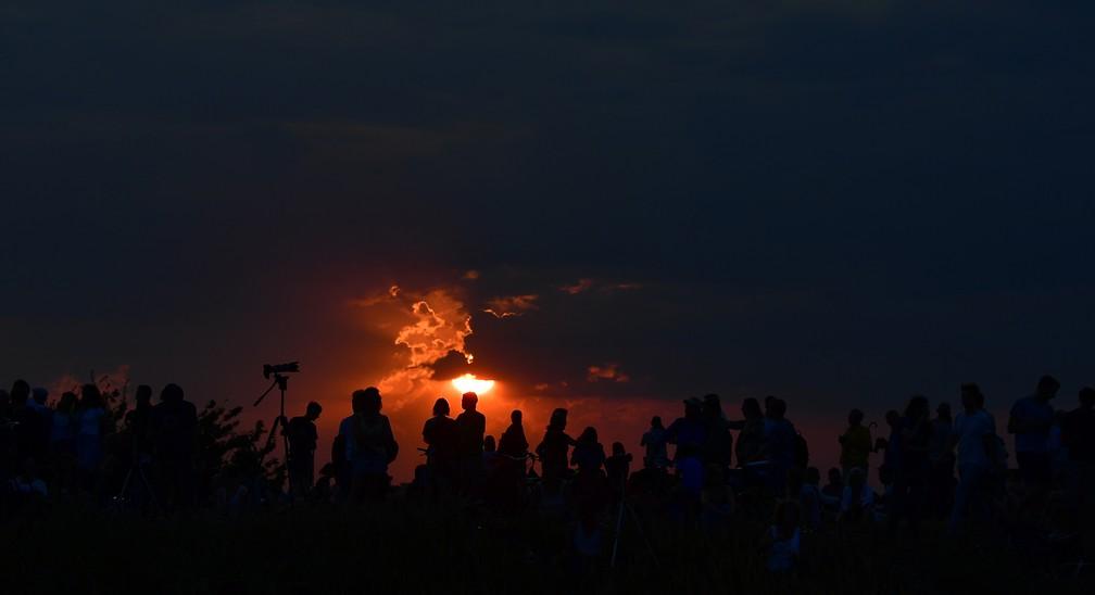 Pôr do sol é acompanhado por astrônomos e observadores em Berlim em dia de eclipse da lua. (Foto: Tobias Schwarz/AFP)