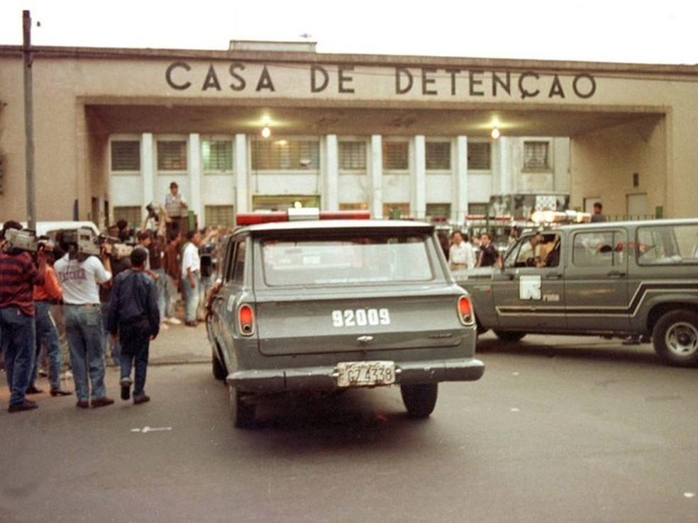 Foto de arquivo de 2 de outubro de 1992 mostra carros da ROTA entrando no Carandiru para conter rebelião  — Foto: Mônica Zarattini/Estadão Conteúdo/Arquivo