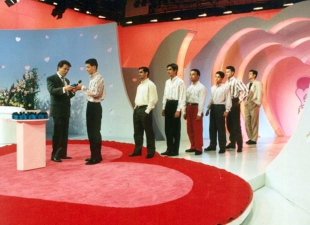 Silvio Santos no comando do programa Em Nome do Amor, sucesso lançado em 1994 (Foto: Reprodução)