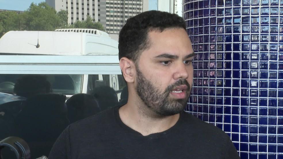Eduardo Tumajan, noivo da jovem que teve o couro cabeludo arrancado em acidente com kart no Recife, durante entrevista nesta terça-feira (13) — Foto: Reprodução/TV Globo