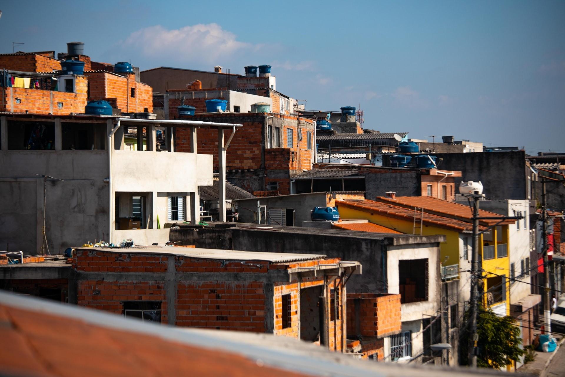 Risco de morrer por Covid-19 é 50% maior em áreas mais pobres (Foto: Danilo Alvesd/Unsplash)