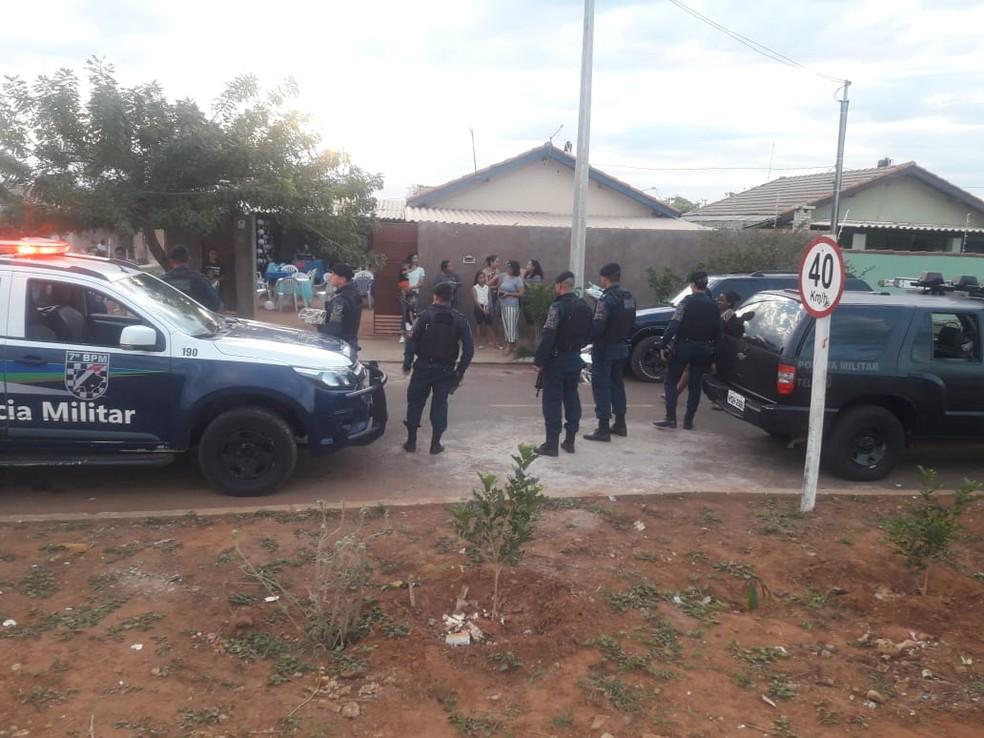 Policiais no momento em que chegaram para festa surpresa de menino em MS — Foto: Polícia Militar/Divulgação