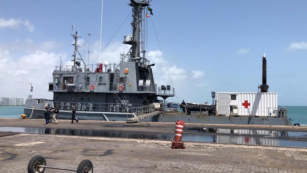 Equipes da Marinha retiraram o barco do local para que fossem feitos os levantamentos iniciais — Foto: Reprodução