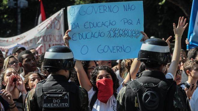 Estudantes convocaram manifestação em 13 capitais contra cortes do governo na área de educação (Foto: ANTONIO LACERDA/EPA via BBC )