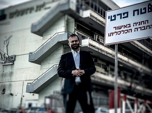 O brasileiro Simcha Neumark em Jerusalém. A gestão de sua fintech, a Weel, é inteiramente permeada por suas crenças e valores  (Foto: Felipe Wolokita)