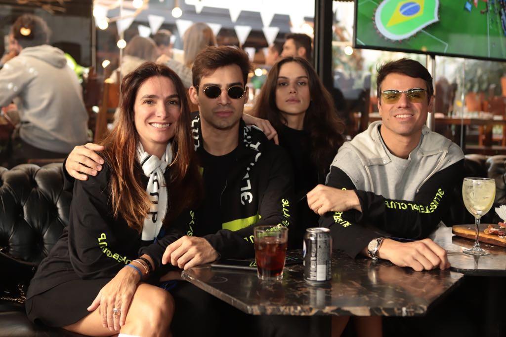 Adriana Bozon, Tiago Moura, Danielle Pontes e Beto Pacheco no evento da Ellus durante o jogo (Foto: Divulgação)