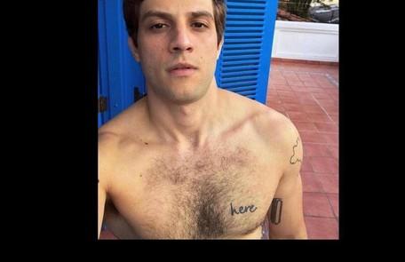 Chay Suede exibiu, em suas redes sociais, uma tatuagem com a palavra 'here', gravada do lado esquerdo do peito Reprodução/ Instagram