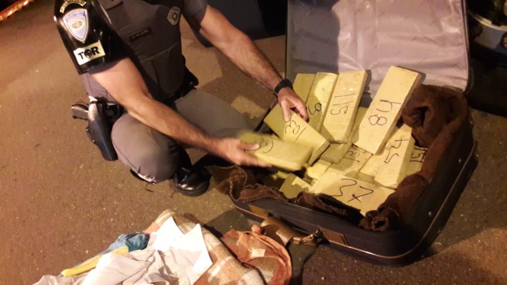 Fiscalização encontra 22 tabletes de maconha em mala e prende mulher, em Presidente Venceslau