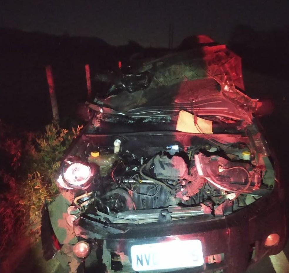 Carro ficou com a frente destruída após bater contra animal em Pão de Açúcar, AL — Foto: BPRv