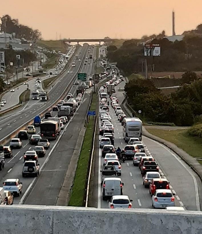 Acidente deixa trânsito lento na Raposo Tavares em Sorocaba