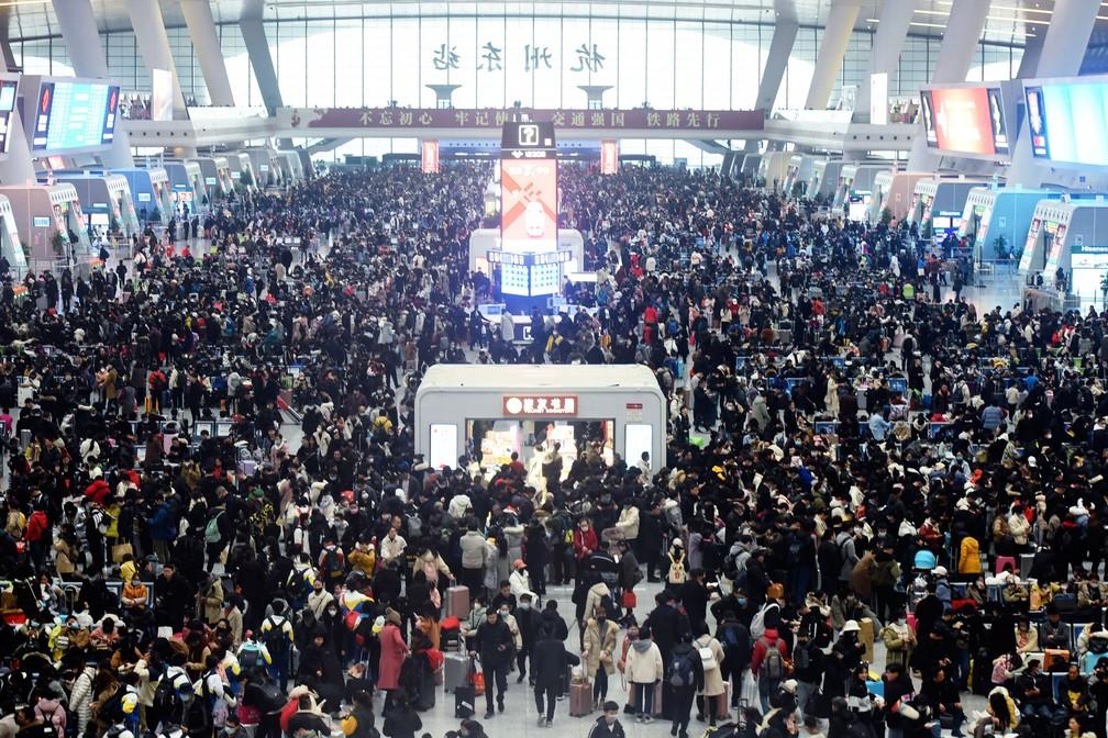 Viajantes aguardam trens na estação de Hangzhou East, em Hangzhou, no leste da China, nesta quarta-feira (22)  — Foto: Chinatopix via AP