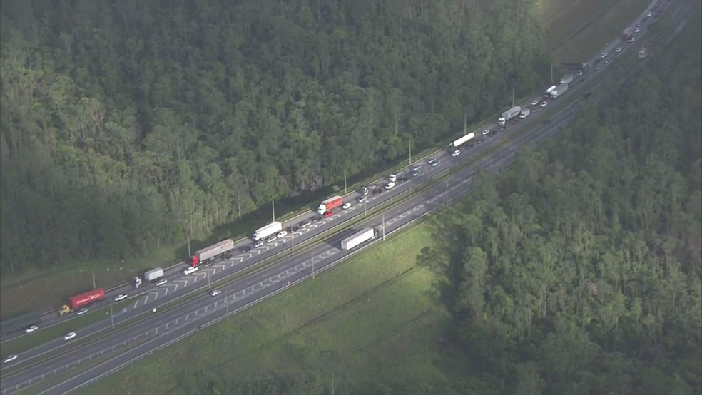 Foram registrados 3 km de congestionamento, no sentido capital, segundo SPMar — Foto: TV Globo/Reprodução