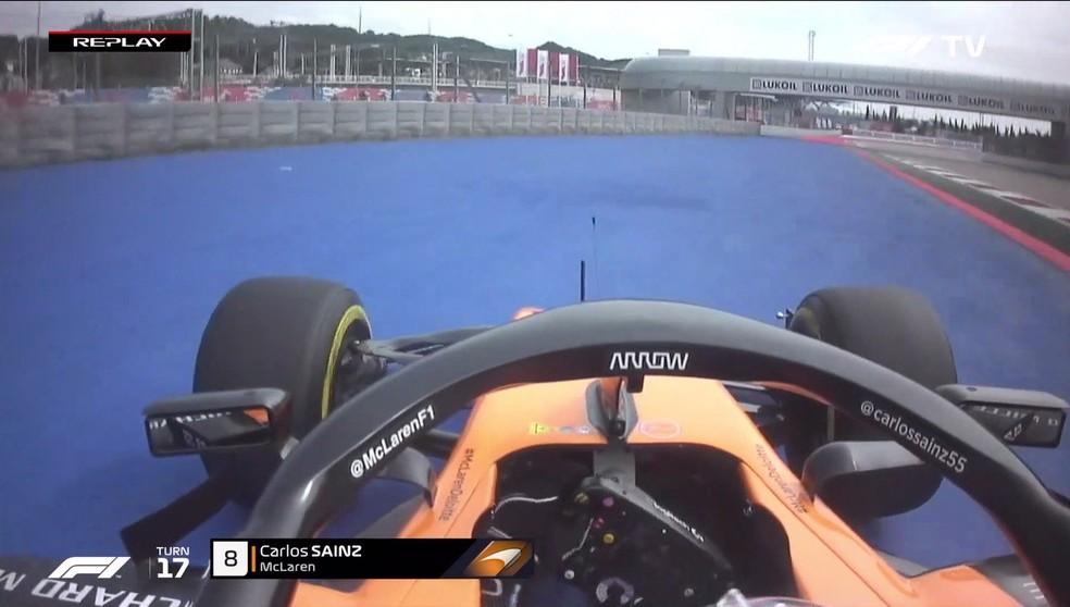 Carlos Sainz escapando da pista em Sochi — Foto: Reprodução/FOM