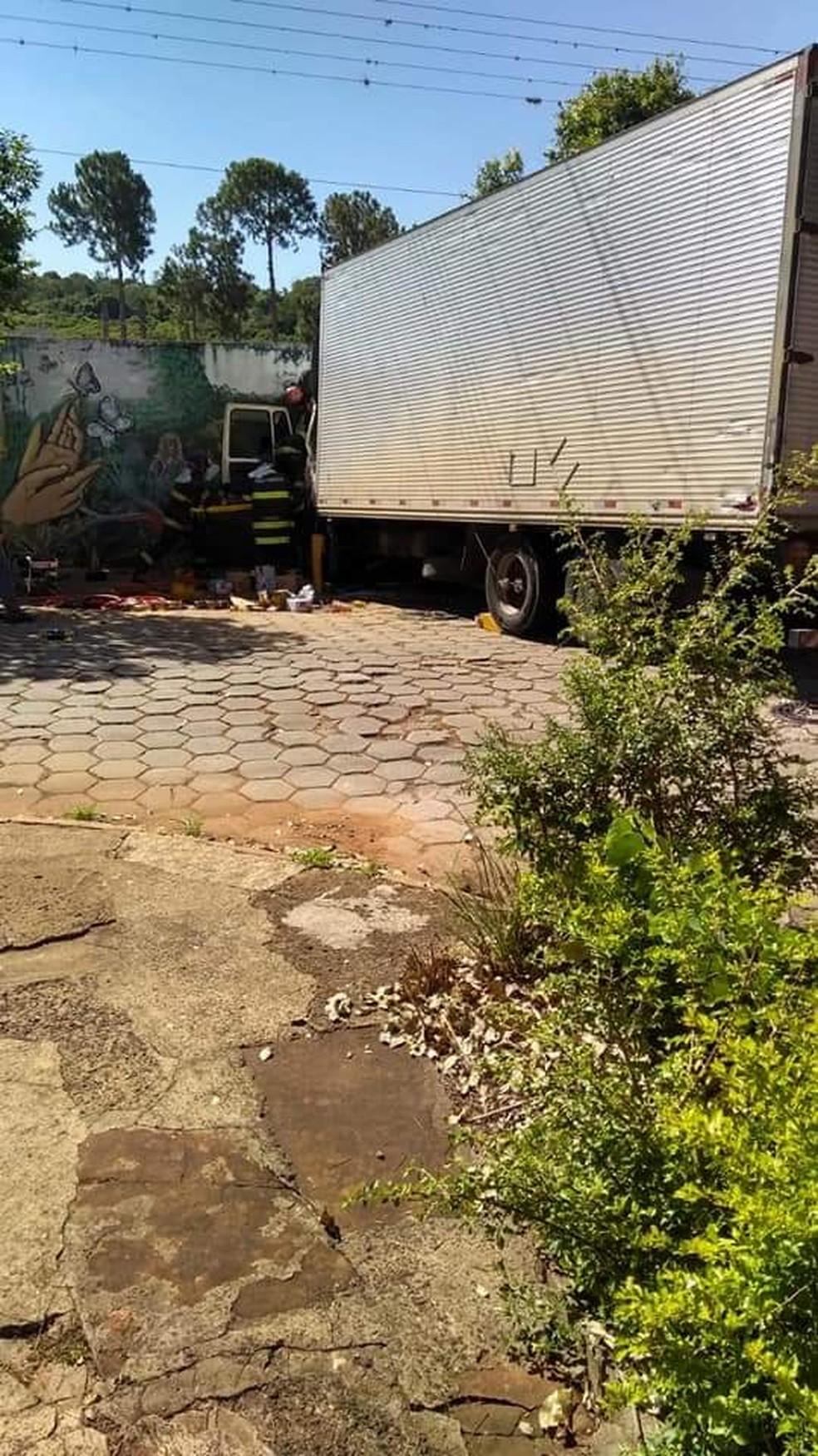 Caminhão com placa de Guarulhos bateu contra muro em Piraju (SP) — Foto: Divulgação/Minuto do Amorim