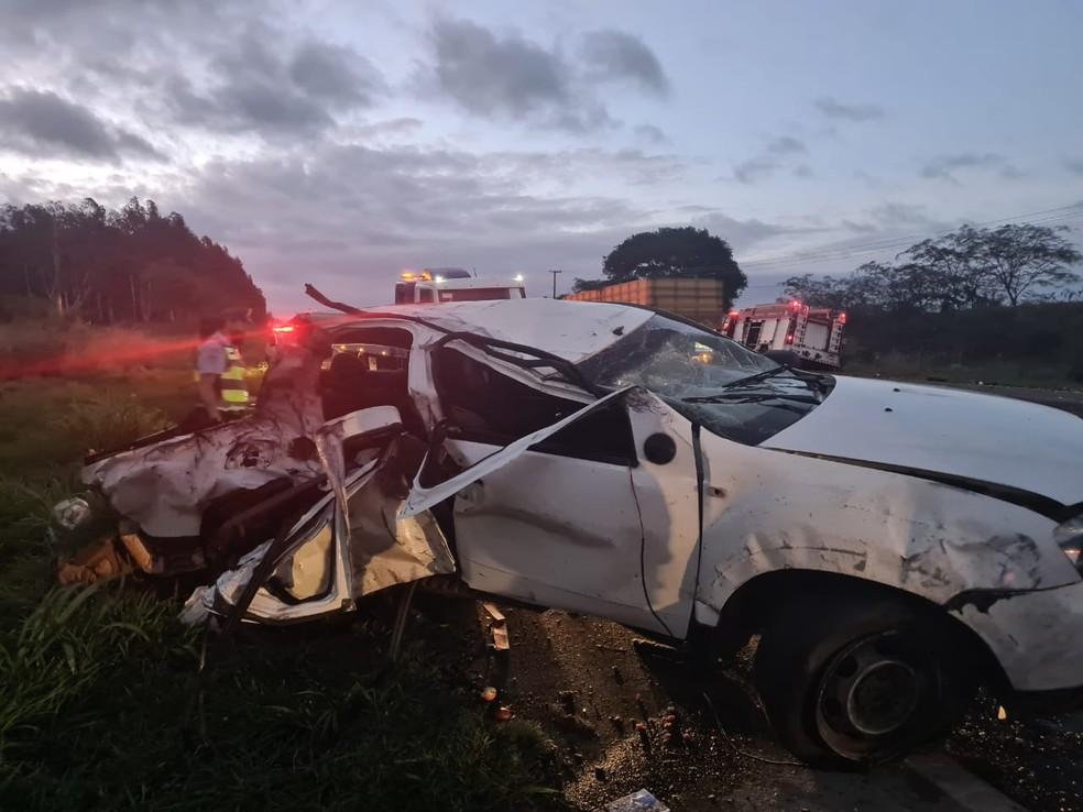 Pai e filho de 3 anos morrem em acidente entre picape e caminhão em rodovia de Quintana  — Foto: João Trentini/Divulgação