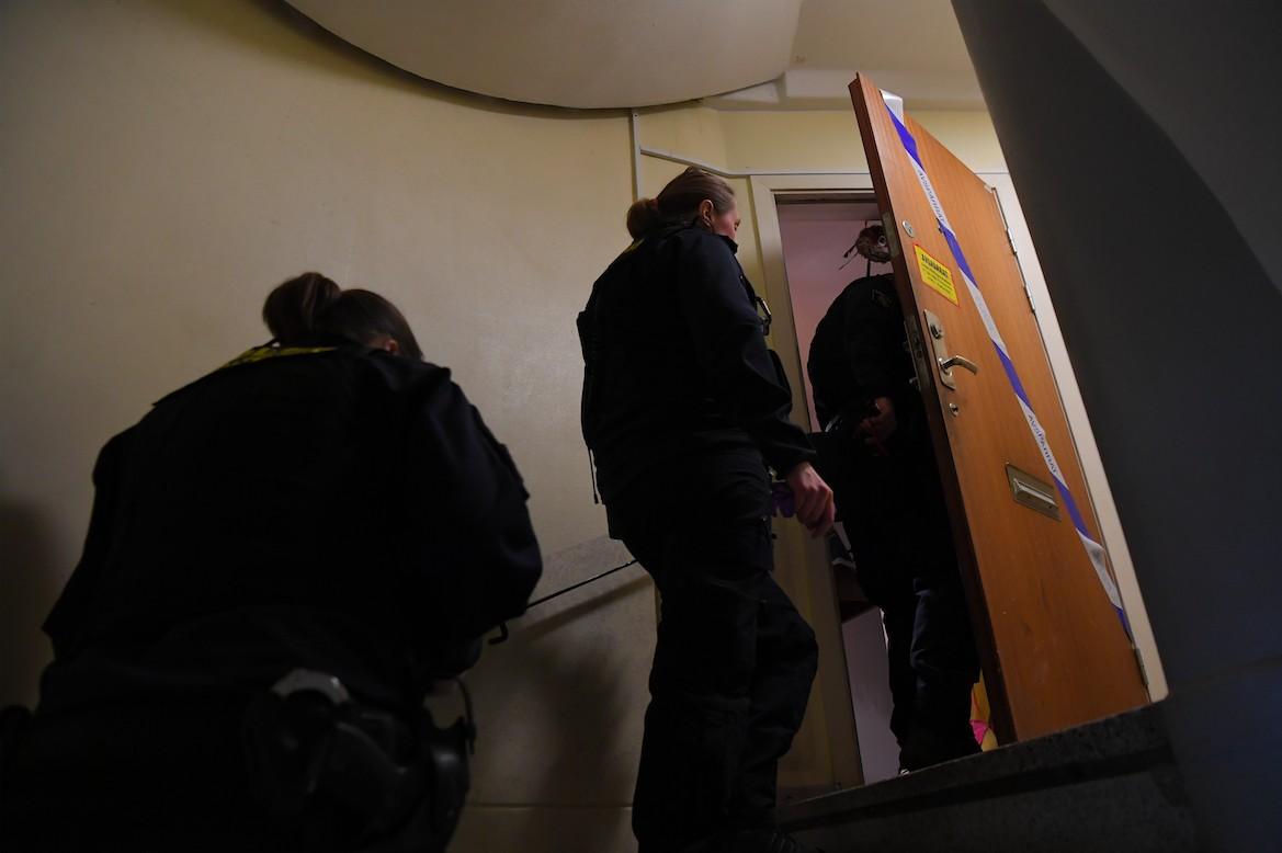 Mulher suspeita de manter filho trancado em casa por quase 30 anos é presa na Suécia