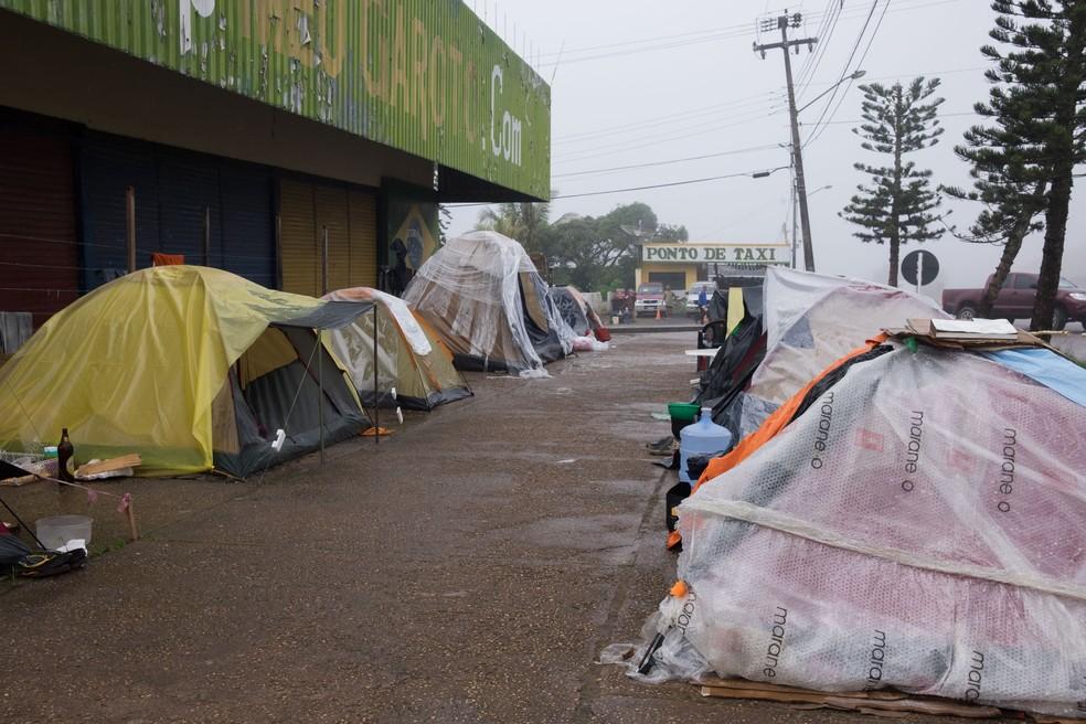 Acampamento foi montado às margens da BR-174 (Foto: Inaê Brandão/G1 RR)