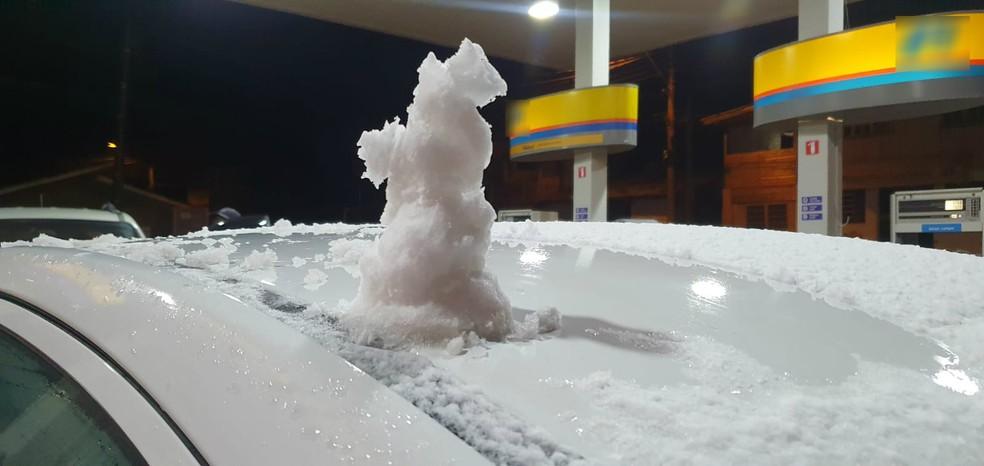 Boneco de neve feito em Bom Jardim da Serra na noite desta quinta-feira (20) — Foto: Mycchel Legnaghi/São Joaquim Online