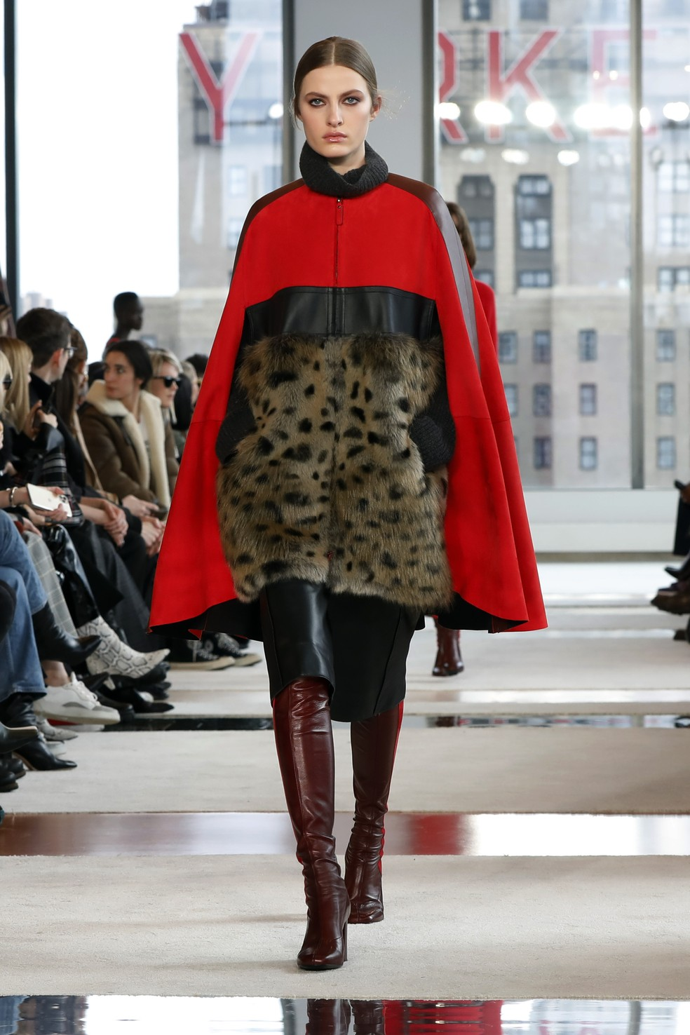 Modelo desfila pela Longchamp na Semana de Moda de Nova York — Foto: Richard Drew/AP Photo