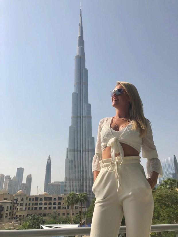 Ana Hickmann posa diante da torre Burj Khalifa (Foto: Reprodução/Instagram)