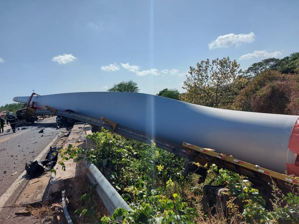 Pista fica interditada no quilômetro 47, da BR-020, em Parambu, após hélice eólica transportada por carreta esmagar veículo de passeio em acidente na manhã deste domingo (30). — Foto: Arquivo pessoal